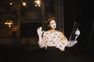 mime-feminino-segurando-o-script-ensaiando-no-palco_23-2147891543