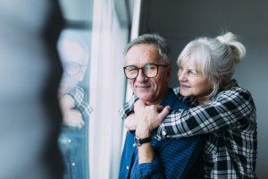 feliz-casal-de-idosos-em-lar-de-idosos_23-2147817091